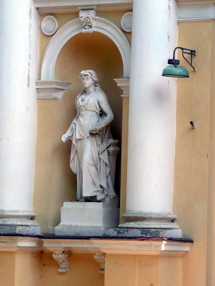 """Фігури """"Скульптура"""" та """"Малярство"""" авторства А.Попеля на колишньому Палаці мистецтв у Стрийському парку"""
