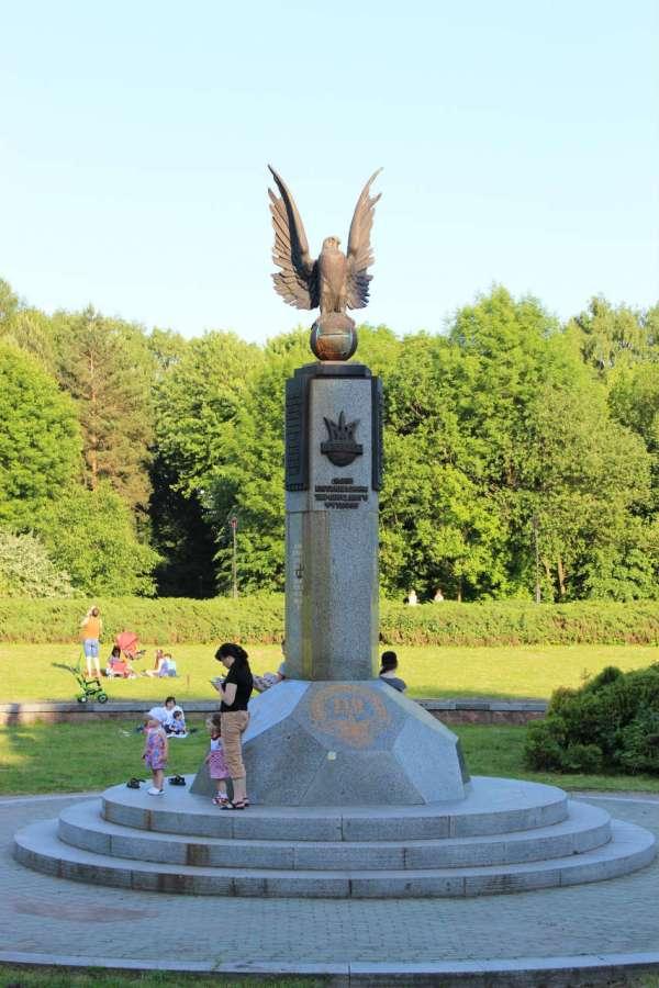 Пам'ятник першому футбольному матчу в Україні на теренах Стрийського парку. Фото 2015 року