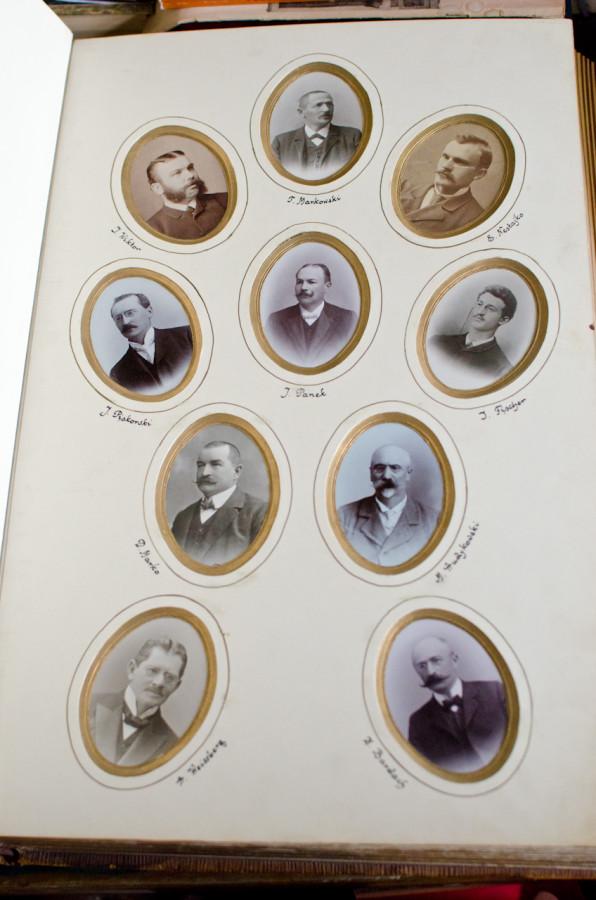 Альбом випускників  1881-1907 років.