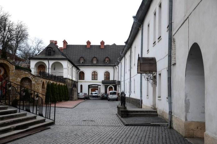 Двір монастиря василіян.