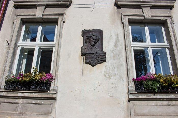 Меморіальна дошка на фасаді будинку № 5, де мешкав композитор і піаніст Василь Барвінський