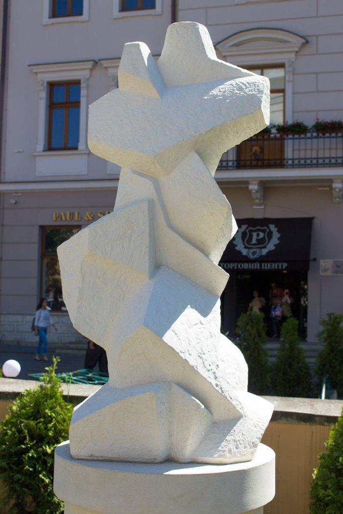 Cкульптура Василя Одрехівського під назвою «Моноліт» на площі Соборній у Львові