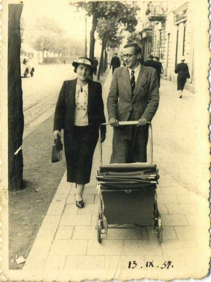 Сімейна прогулянка вулицею Леона Сапєги. Фото 1937 року
