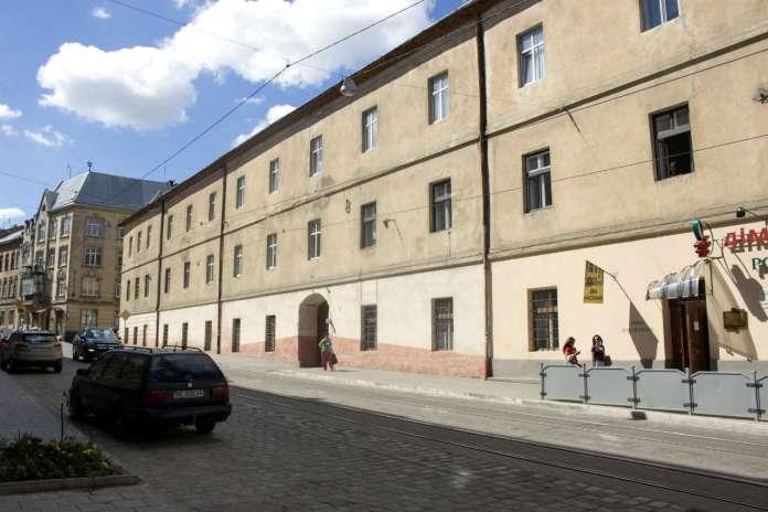 Один з колишніх корпусів тюрми (старі Великі касарні) на Замарстинівській, 7. Фото 2015 року