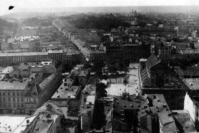 Вгорі - вулиця Сикстуська - на пчатку - первісна забудова. Фото до 1939 року