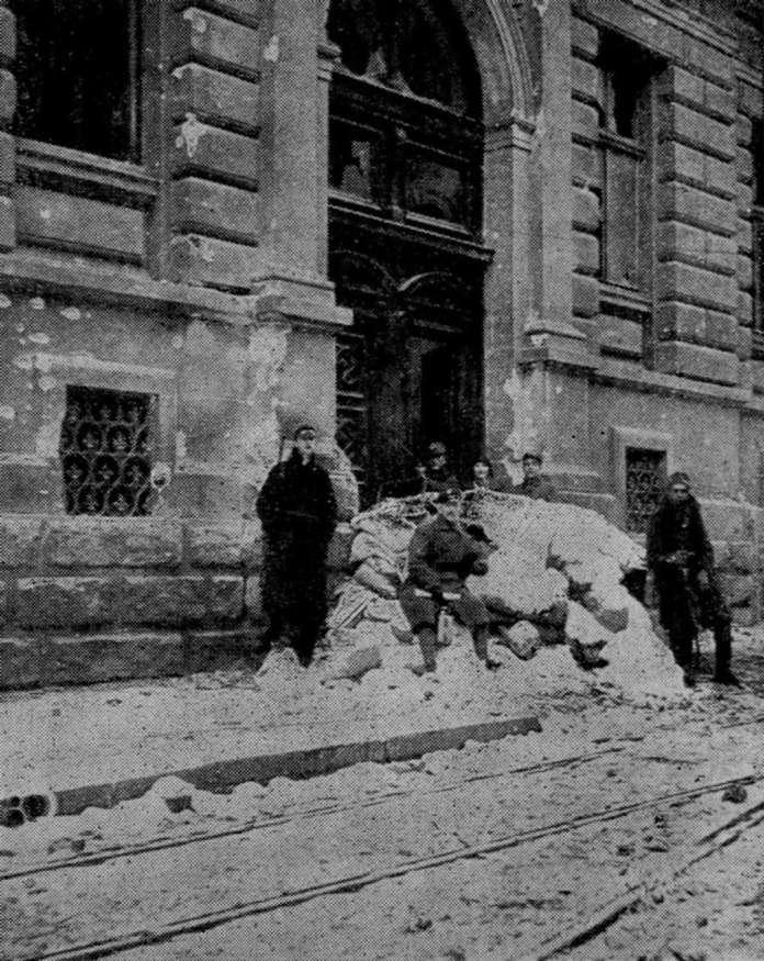 Будівля семінарії під час українсько-польського протистояння 1918 року