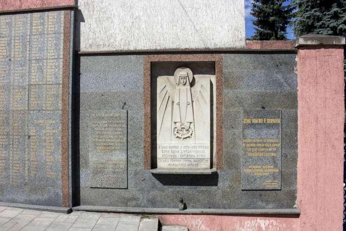 Меморіал пам'яті жертв політичних репресій при одному з колишніх корпусів. Фото 2015 року