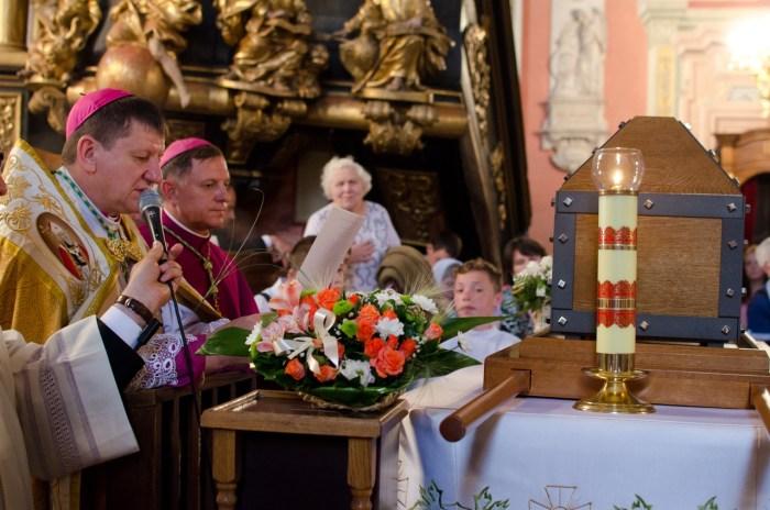 Єпископ Віталій Скоморовський та архієпископ Мечислав Мокшицький біля мощей святого Йоана з Дуклі.
