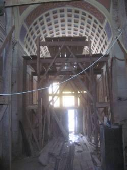 Реставраційні роботи в брамі будівлі.