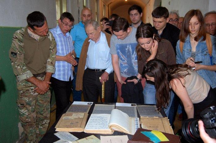 Журналісти знайомляться з новознайденими документами підпілля ОУН