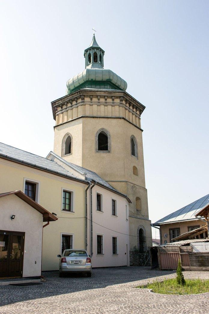Вежа-дзвіниця біля костелу Святого Лаврентія в Жовкві