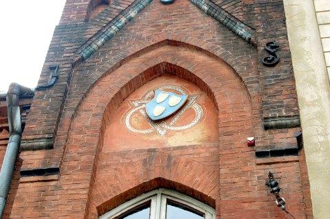 Картуш із трьома щитами - гербовий знак цеху малярів, над входом в будинок Новаківського