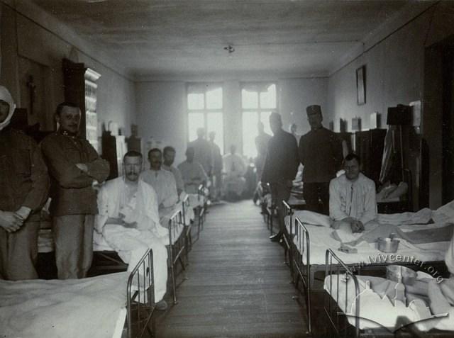 Палата у резервному шпиталі Червоного Хреста на вул. Солодовій, 6 та її пацієнти.