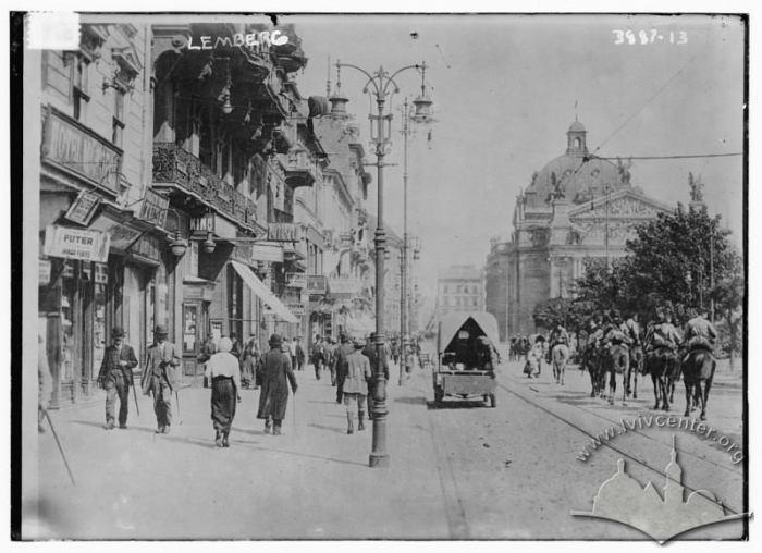 Козаки-вершники, що їдуть у напрямку оперного театру по вулиці Карла Людвіга.