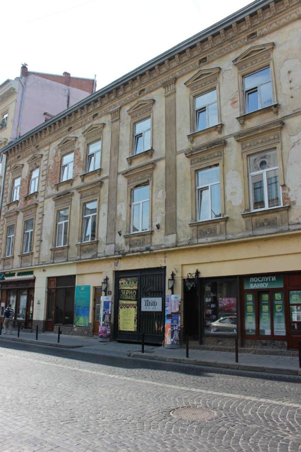 Перший український театр для дітей та юнацтва на вулиці Гнатюка, у дворі цієї будівлі до 1939 року знаходився єврейський театр. Фото 2015 року