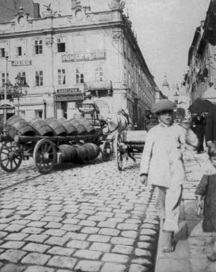 Фіра на площі Ринок у Львові - саме у такий спосіб кріпили бочки з маслом при розвозці товару. Фото до 1914 року