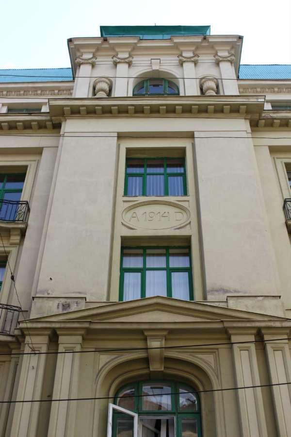 Фасад давньої єврейської торгівельної гімназії, зараз - Львівський інститут економіки і туризму. Фото 2015 року