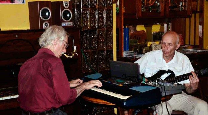 Аркадій Орєхов та Сергій Зеленський під час концерту в кав'ярні- галереї «Штука»