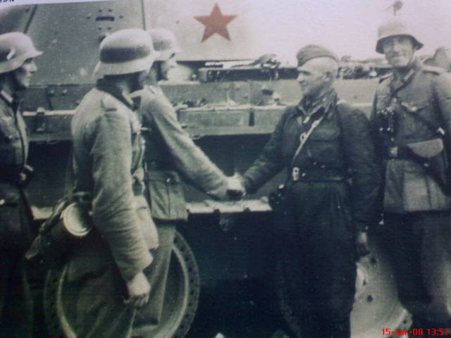 Німецькі та радянські війська на фоні радянського танка