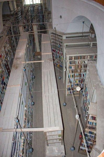 Одне з книгосховищ, що розміщене у приміщенні, де колись були хори