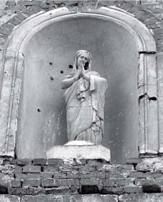 Фігура Матері Божої у ніші фасаду костелу Святого Валентина в Раковці
