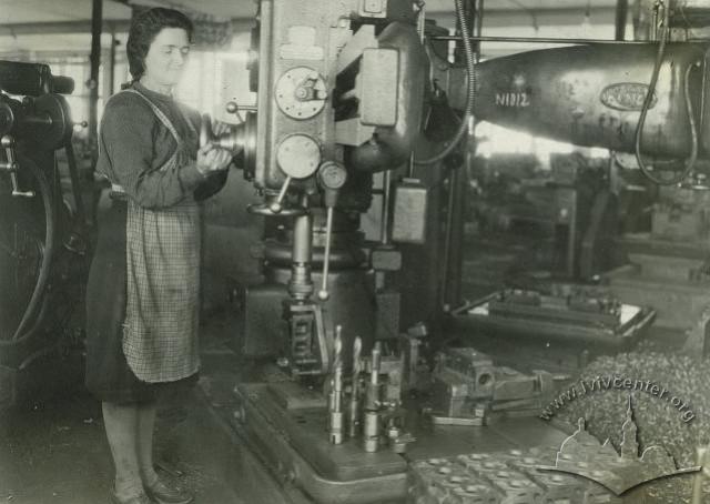 Робітниця за станком на Львівському заводі автонавантажувачів, фото 1948-1949 років