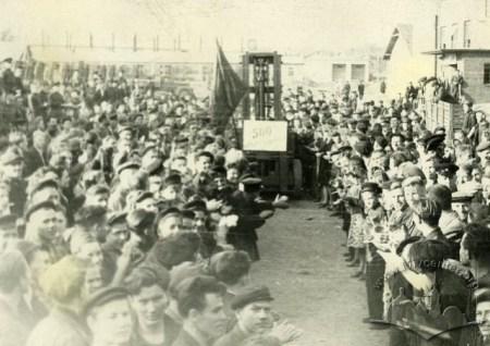 Львівський завод автонавантажувачів. Святкування з нагоди випуску 500 автонавантажувача, фото вересень 1949 року