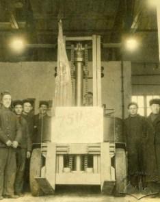 Львівський завод автонавантажувачів.У жовтні 1949 року з конвеєра зійшов 750 автонавантажувач, фото жовтень 1949 року