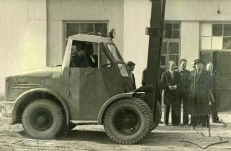 Міністр транспортної промисловості відвідує Львівський завод автонавантажувачів, фото 1950 року