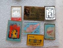 Приклади значків зі скельцем, які були популярними здебільшого у 1970-х роках