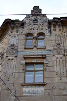 Будинок товариства Дністер. Майоліка та ліпнина, фото 2015 року.