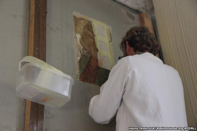 Реставратор Микола Толочко працює над фрескою