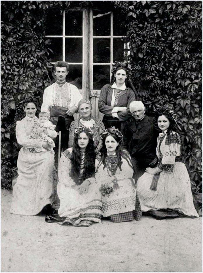 Священик Амвросій Крушельницький з дружиною Теодорою (сидять у центрі) та дітьми. За спиною в них стоять Володимир і Соломія. Сидять, зліва направо: Олена з донькою, Марія, Емілія, Анна. Кінець 1890-х.