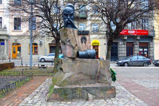 Пам'ятник Івану Підкові у Львові, фото 2011 року
