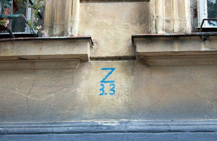 """Літера """"Z"""", що вказує на гідрант (Z) на будинку у Львові"""