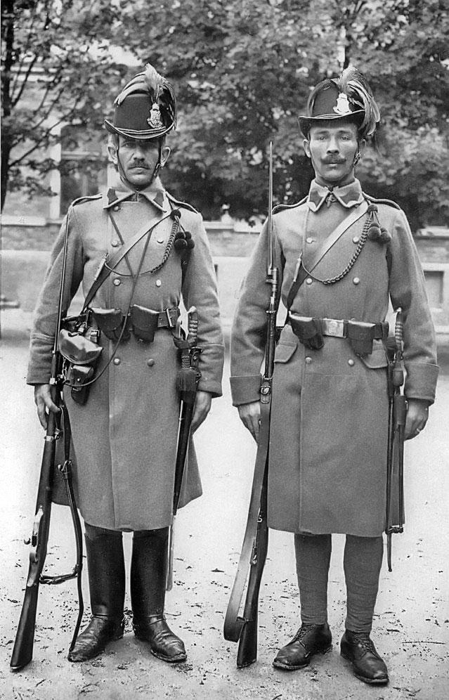 Так виглядали кінний і піший угорські жандарми. Військова поліція (Militärwachkorps) була представлена військовими поліцейськими загонами (Militär-Polizeiwachkorps), розташованими у трьох столицях Галичини - Львові, Кракові та Перемишлі.