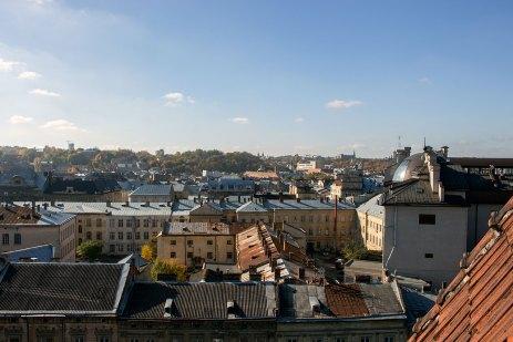 Панорама Львова з даху приміщення Апеляційного суду Львівської області, що на площі Соборній,7 (колись готель «Краківський»), фото 2015 року