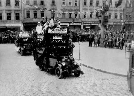 Рекламний автомобіль кондитерської фірми «Бранка» в центрі Львова. Фото 1930 року.