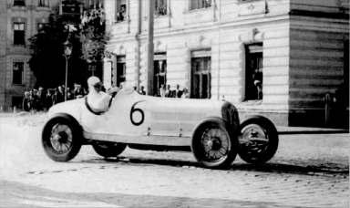 Гонщик Рудольфо Караччіоли на своєму «AlfaRomeo 8C-2300» під час Гран-прі Львова. Фото 1932 року.
