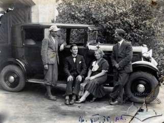 Львівська сім'я на фоні власного автомобіля. Фото 1935 року.