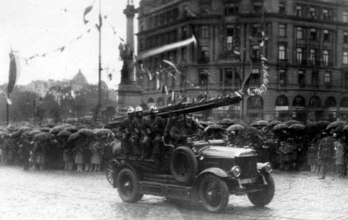Пожежний автомобіль у Львові перед пам'ятником Міцкевича. Фото початку XX ст.