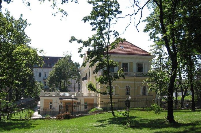 Інститут досліджень бібліотечних мистецьких ресурсів (бібліотека Баворовських), сучасний вигляд з боку вул. Технічної, фото 2015 року