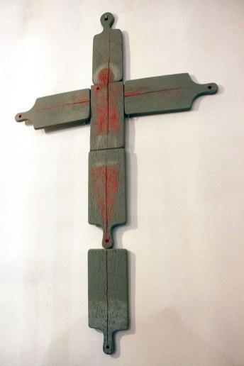"""Інсталяція """"Хрест з дощинок для нарізання хліба"""""""