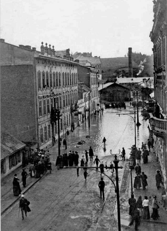 Нижня частина вулиці Коперника під час затоплення. На дорозі помітно трамвайну колію, що йшла від трамвайного депо вздовж вулиці. Фото 1910 року.
