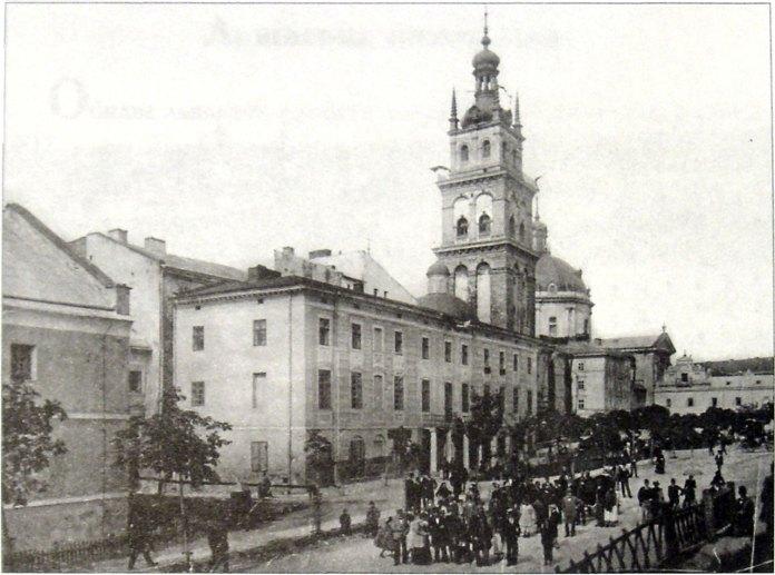 Львів, вулиця Підвальна. На задньому фоні помітно зелені насадження скверу. Фото 1900-1905 років.