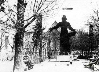 Львів, макет пам'ятника Івану Федорову, розміщений в сквері на площі Музейній. Фото 1970-х років. Автор Юліан Дорош.