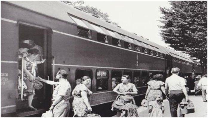Двоповерховий пасажирський поїзд