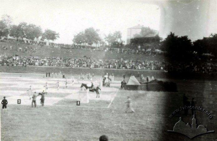 «Живі шахи» на соколянському стадіоні (сучасний «СКІФ»). На полі команда «Княжа дружина». Фото 1943 року.