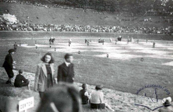 «Живі шахи» на соколянському стадіоні (сучасний «СКІФ»). На полі команда «Половецька орда». Фото 1943 року.