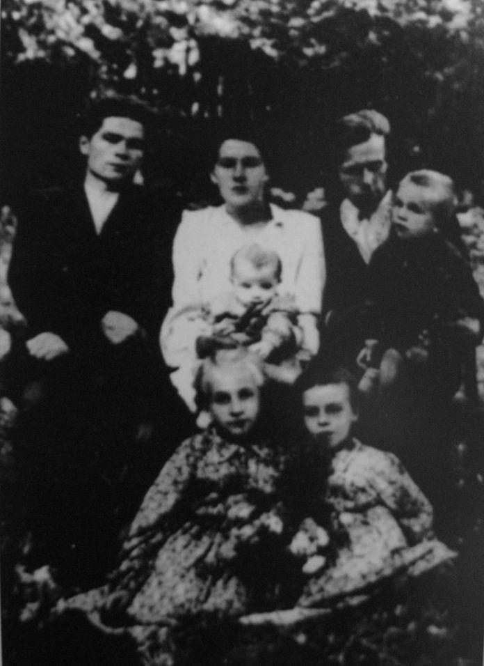 Василь Макух (перший зліва) з родиною після повернення з ув'язнення, с. Карів (1957)